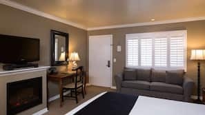 Värdeförvaringsskåp på rummet, skrivbord och mörkläggningsgardiner