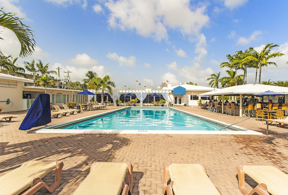 Outdoor Pool, Skipjack Resort & Marina