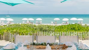 Am Strand, Liegestühle, Strandtücher, Strandbar