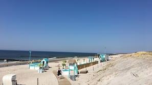In Strandnähe, Liegestühle, Sonnenschirme