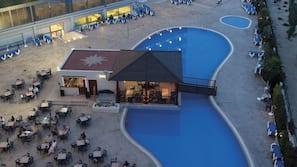 Una piscina cubierta, una piscina al aire libre