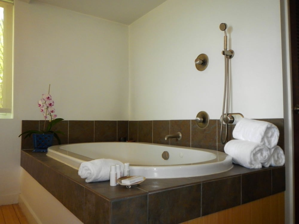 Deep Soaking Bathtub, Casa Morada
