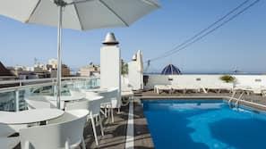 Una piscina al aire libre (de 10:00 a 20:00), tumbonas