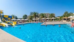 3 buitenzwembaden, parasols voor strand/zwembad