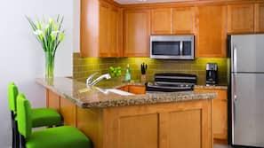 Grand réfrigérateur, micro-ondes, fourneau de cuisine, lave-vaisselle