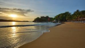 Ubicación a pie de playa, buceo con tubo, windsurf y bar en la playa