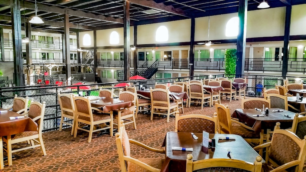 Restaurant, Pearl on the Concho SureStay Collection by Best Western