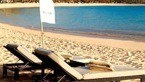 Nära stranden, vit sandstrand, strandhanddukar och volleyboll