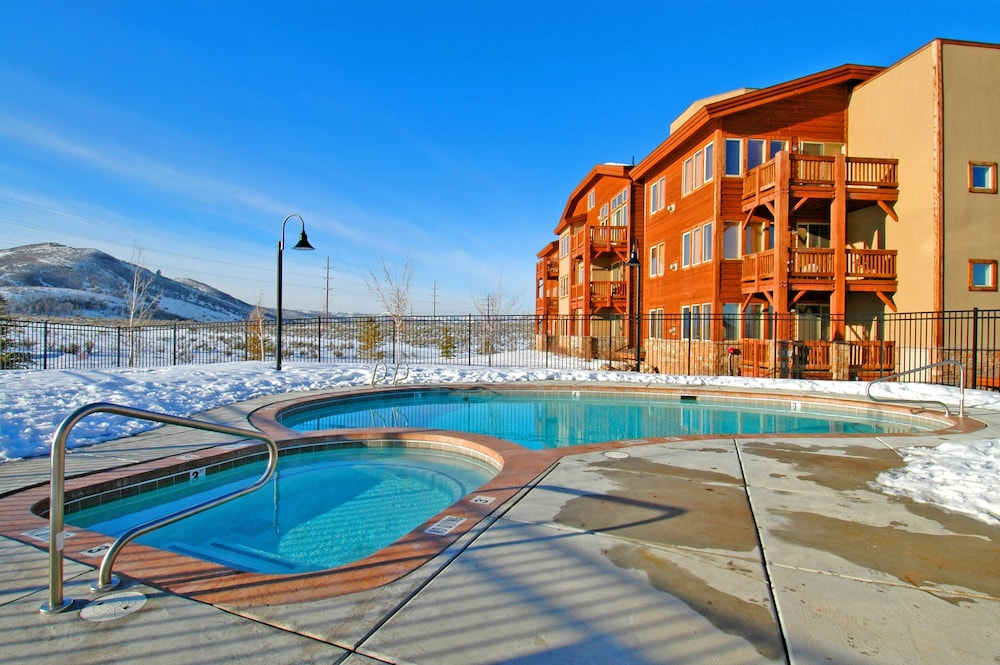 Outdoor Pool, Crestview Condominiums by All Seasons Resort Lodging