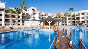 2 outdoor pools, a rooftop pool, pool umbrellas, pool loungers