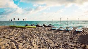 Plage à proximité, chaises longues, serviettes de plage