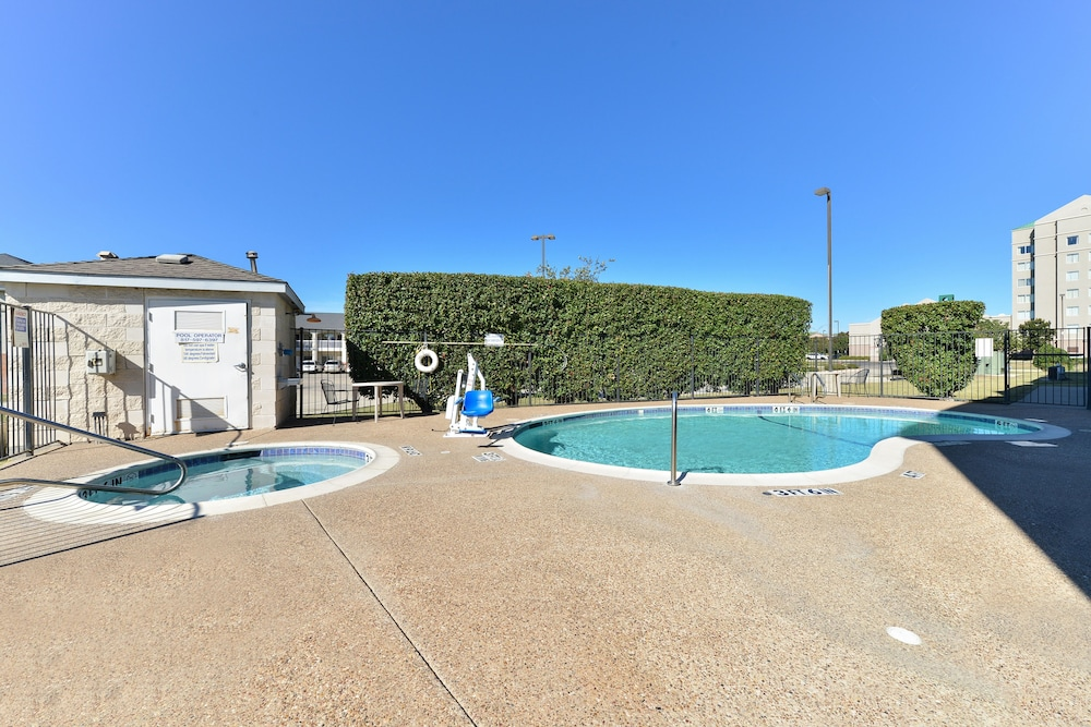 Outdoor Pool, Microtel Inn & Suites by Wyndham Ft. Worth North/At Fossil