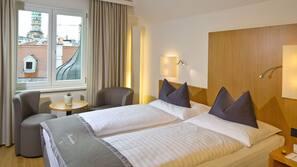 Ropa de cama hipoalergénica, minibar, caja fuerte y cortinas opacas