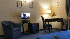 Minibar, cassaforte in camera, una scrivania, tende oscuranti