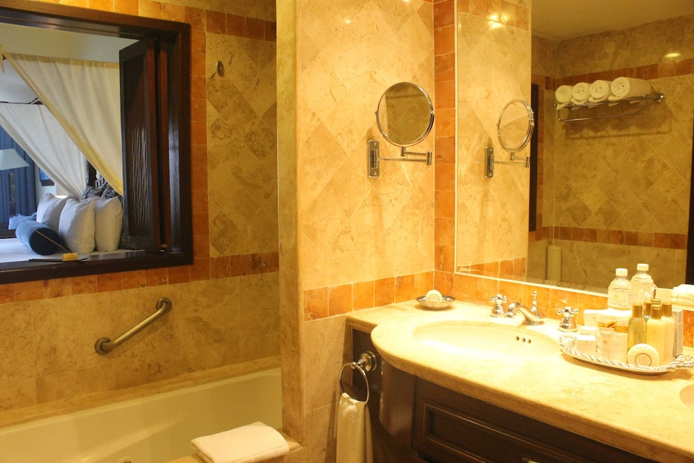 Secrets capri riviera cancun all inclusive 2018 room for Riviera bathrooms
