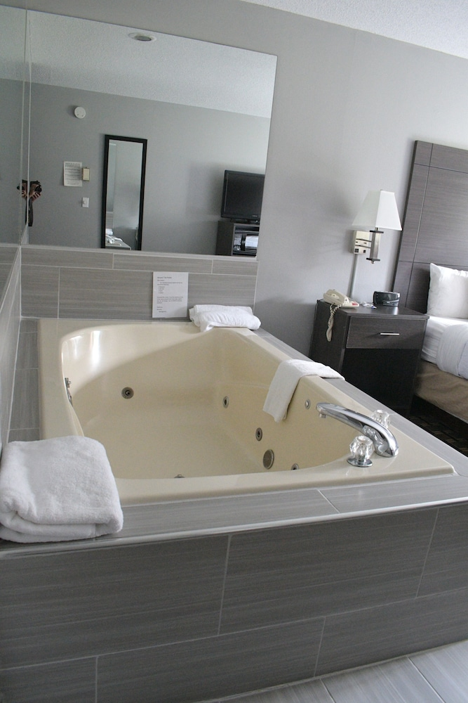 Private Spa Tub, Adams Inn