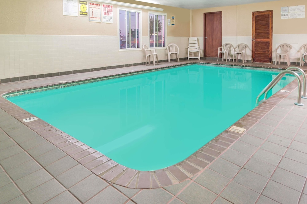 Pool, Super 8 by Wyndham O'Fallon MO/St. Louis Area
