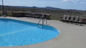 季節性室外泳池;08:00 至 21:00 開放;躺椅