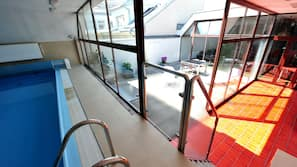 Piscine couverte, accès possible de 07h00 à 19h00, chaises longues