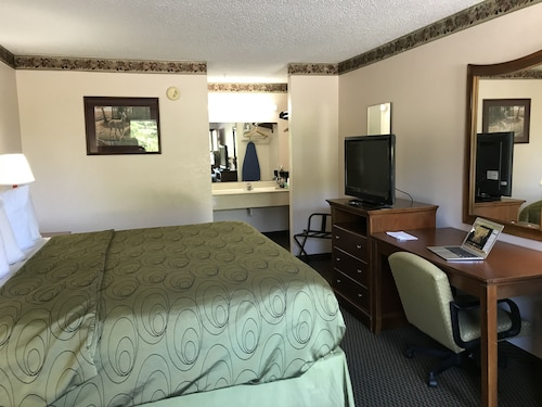 Clairmont Inn & Suites Warren