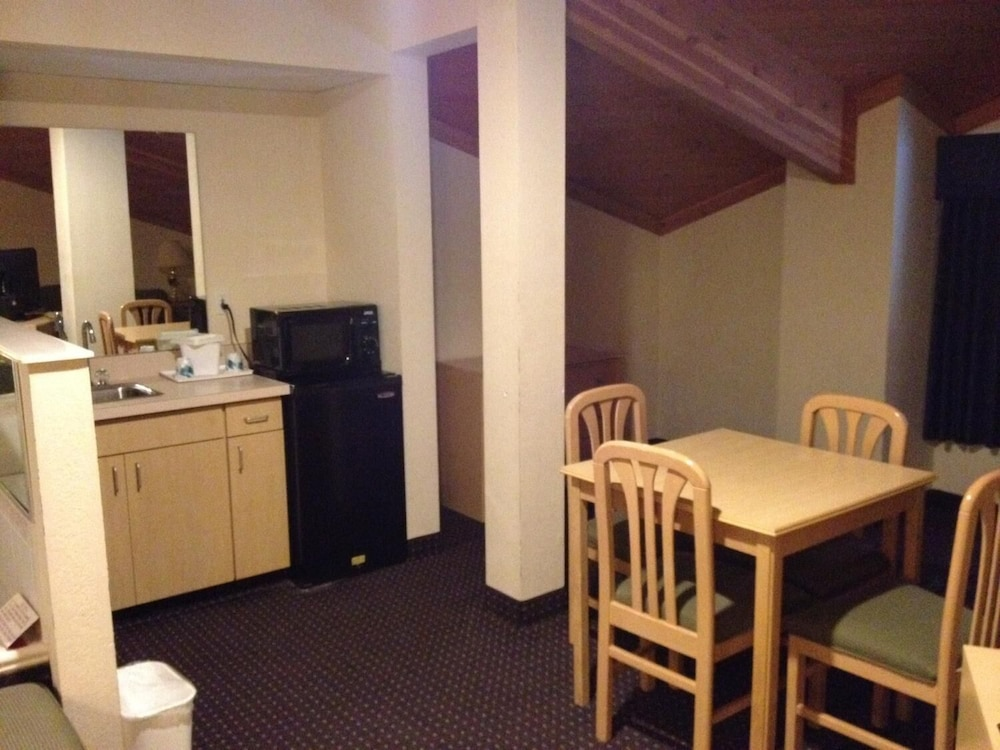 Private Kitchen, Ameristay Hotel Inn & Suites Waverly