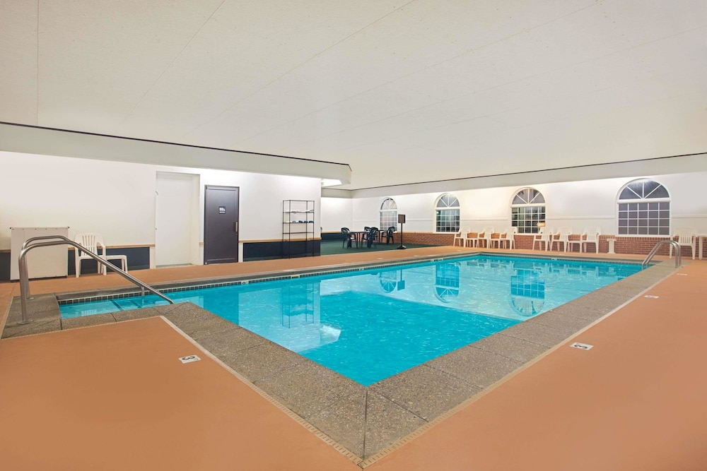 Pool, Super 8 by Wyndham New Hampton