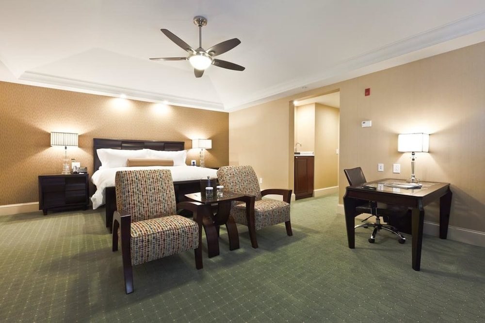 Room, Town & Country Inn and Suites