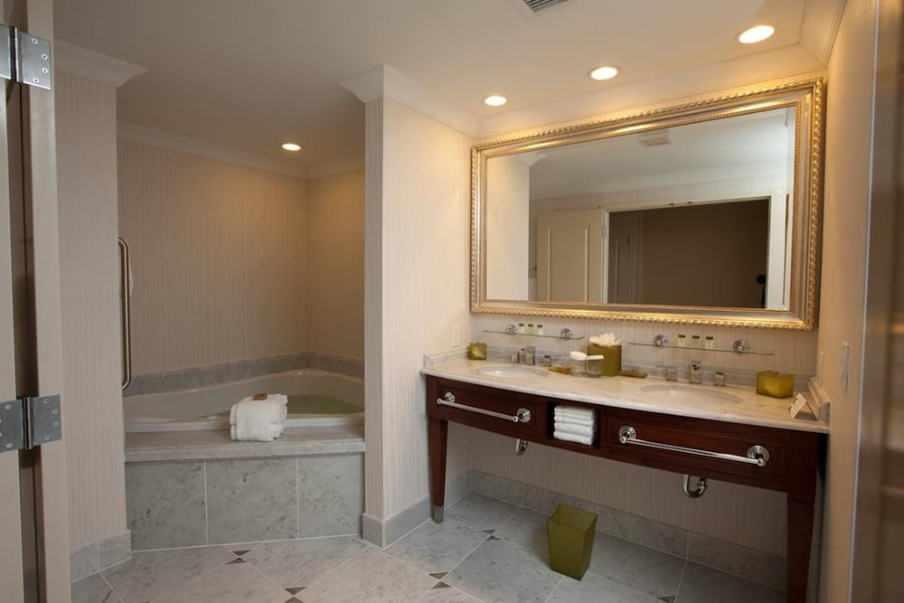 Bathroom, Town & Country Inn and Suites