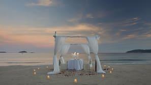 Am Strand, weißer Sandstrand, Shuttle zum Strand, Liegestühle