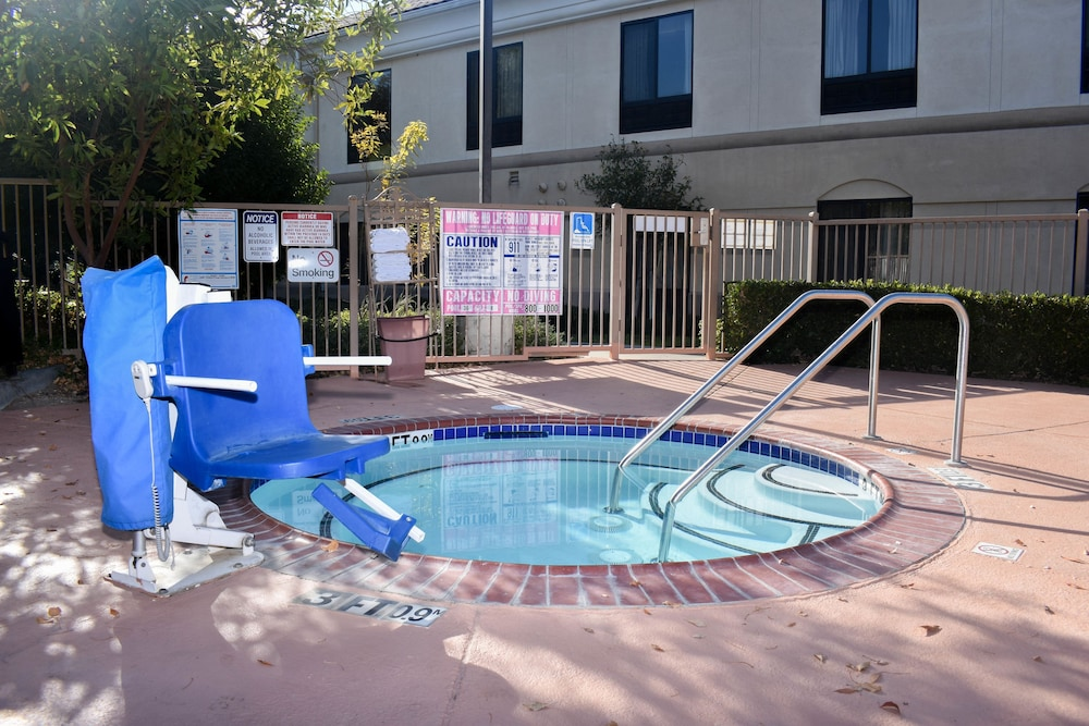 Outdoor Spa Tub, Best Western Valencia/Six Flags Inn & Suites