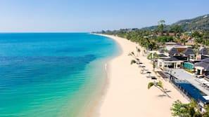 บนชายหาด, ทรายสีขาว, ร่มชายหาด, ผ้าเช็ดตัวชายหาด