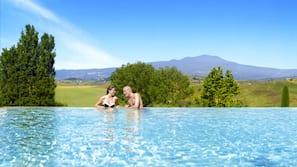 5 piscine coperte, 2 piscine all'aperto, lettini