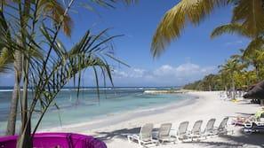Plage privée, chaises longues, beach-volley, voile