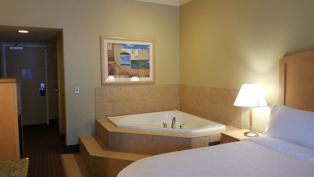 Room, Holiday Inn Express Hotel & Suites Vacaville, an IHG Hotel