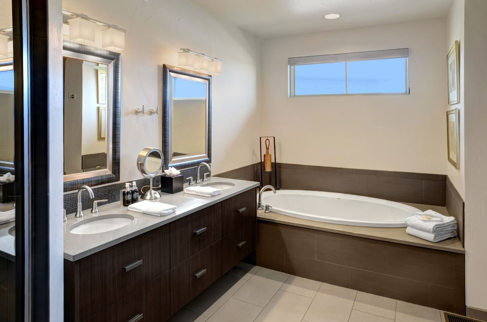 Bathroom, Garden of the Gods Resort and Club