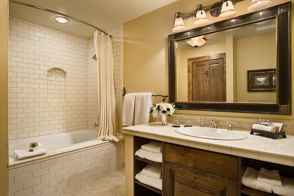 Bathroom, Rusty Parrot Lodge and Spa