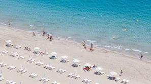 Aan het strand, ligstoelen aan het strand, parasols