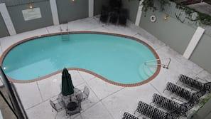 2 สระว่ายน้ำกลางแจ้ง