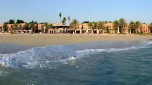 In Strandnähe, weißer Sandstrand, Sonnenschirme