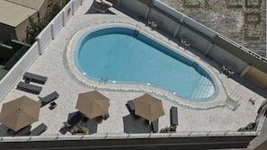 Una piscina al aire libre de temporada (de 11:30 a 19:30), tumbonas