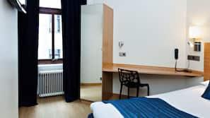 Allergitestade sängkläder, skrivbord och strykjärn/strykbräda