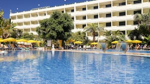 2 buitenzwembaden, parasols voor strand/zwembad
