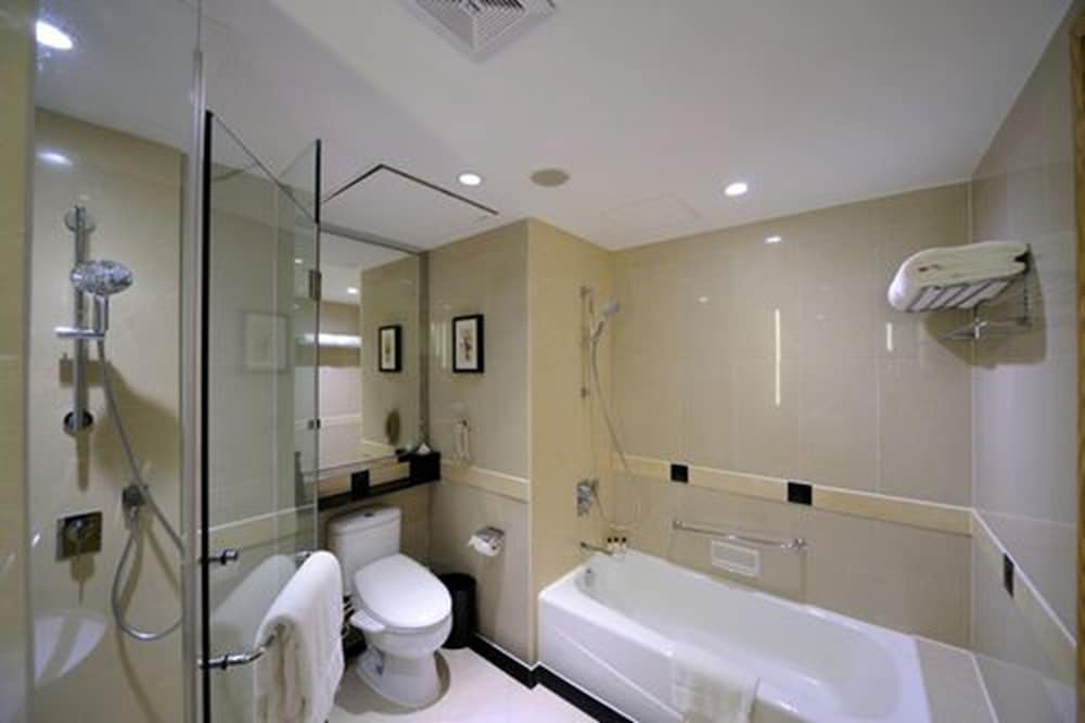 Bathroom, New World Shanghai Hotel