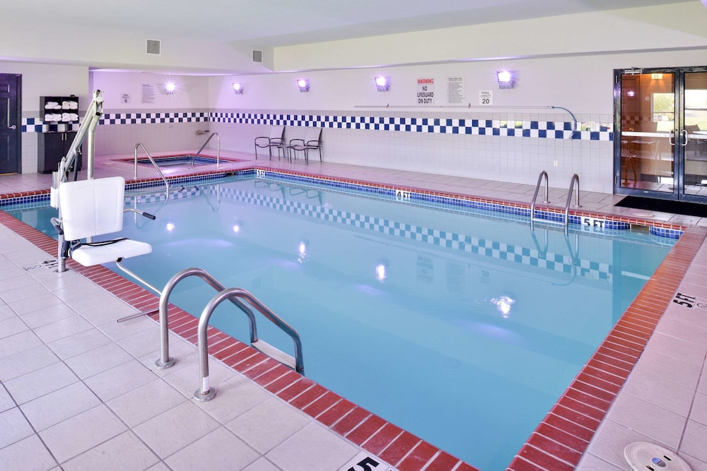 Pool, Comfort Inn & Suites Fayetteville-University Area