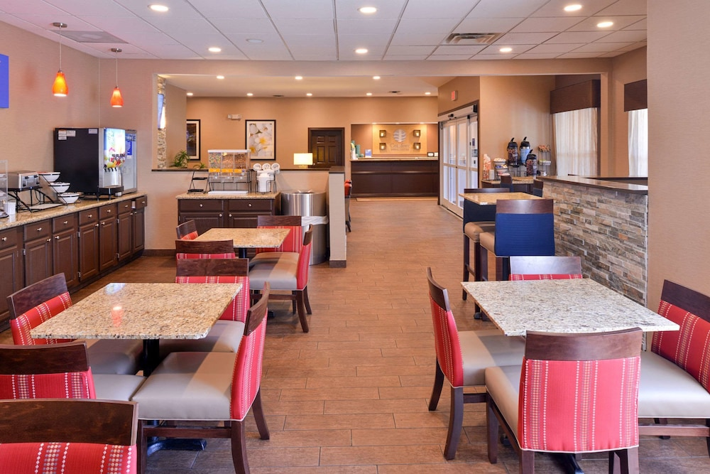 Breakfast Area, Comfort Inn & Suites Fayetteville-University Area