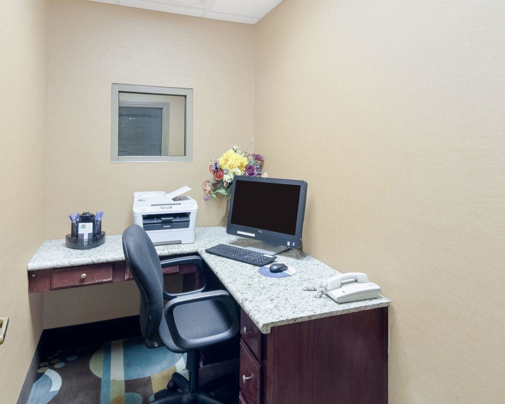 Business Center, Comfort Inn & Suites Fayetteville-University Area