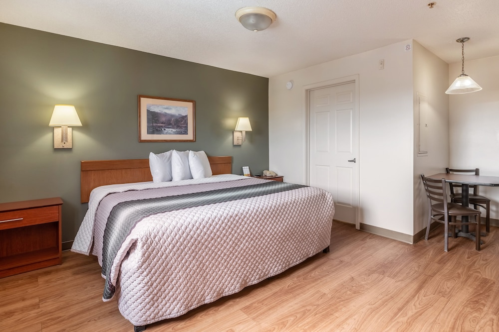 Room, HomeTowne Studios & Suites by Red Roof Charlotte - Concord