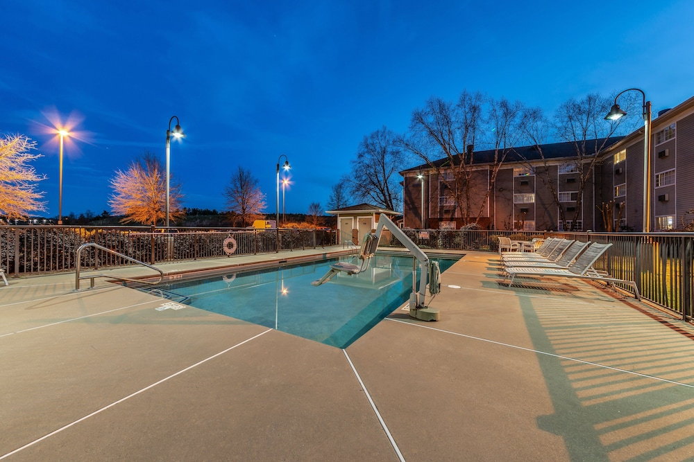 Outdoor Pool, HomeTowne Studios & Suites by Red Roof Charlotte - Concord