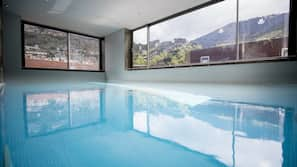 Una piscina cubierta (de 10:00 a 21:00), tumbonas