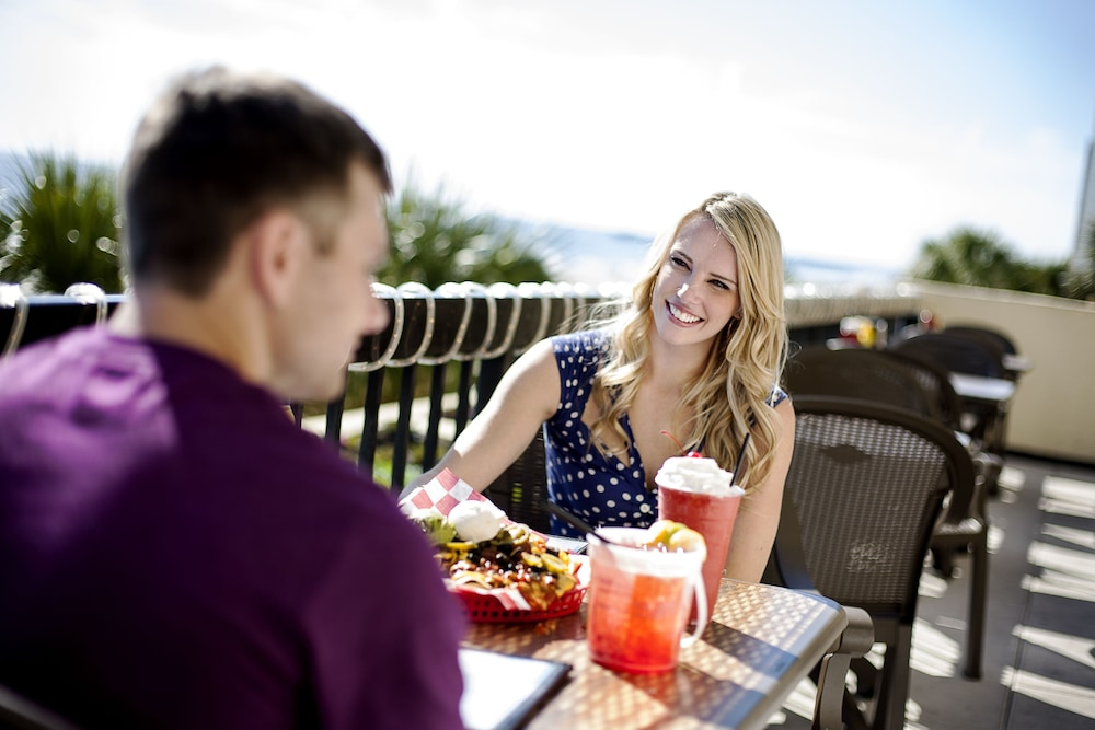Outdoor Dining, Compass Cove Resort